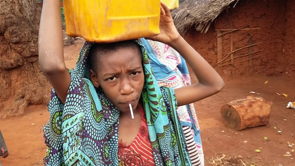 Widokówka: Ona i woda