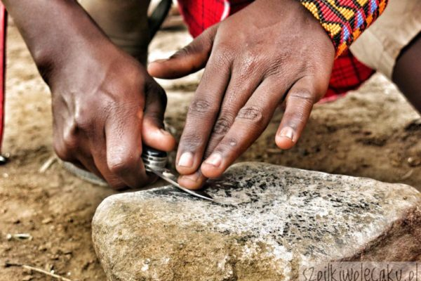 ostrzenie noża maczety - wioska Masajów - Szpilki w plecaku - Ewa Chojnowska
