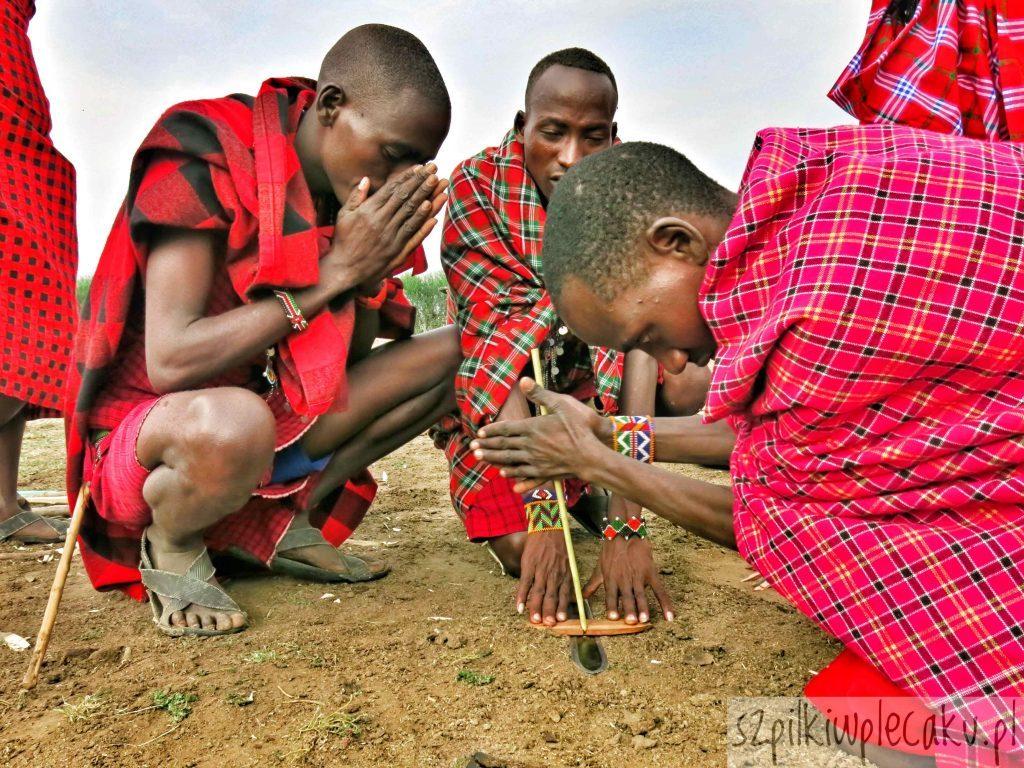 rozpalanie ognia - wioska Masajów - Szpilki w plecaku - Ewa Chojnowska