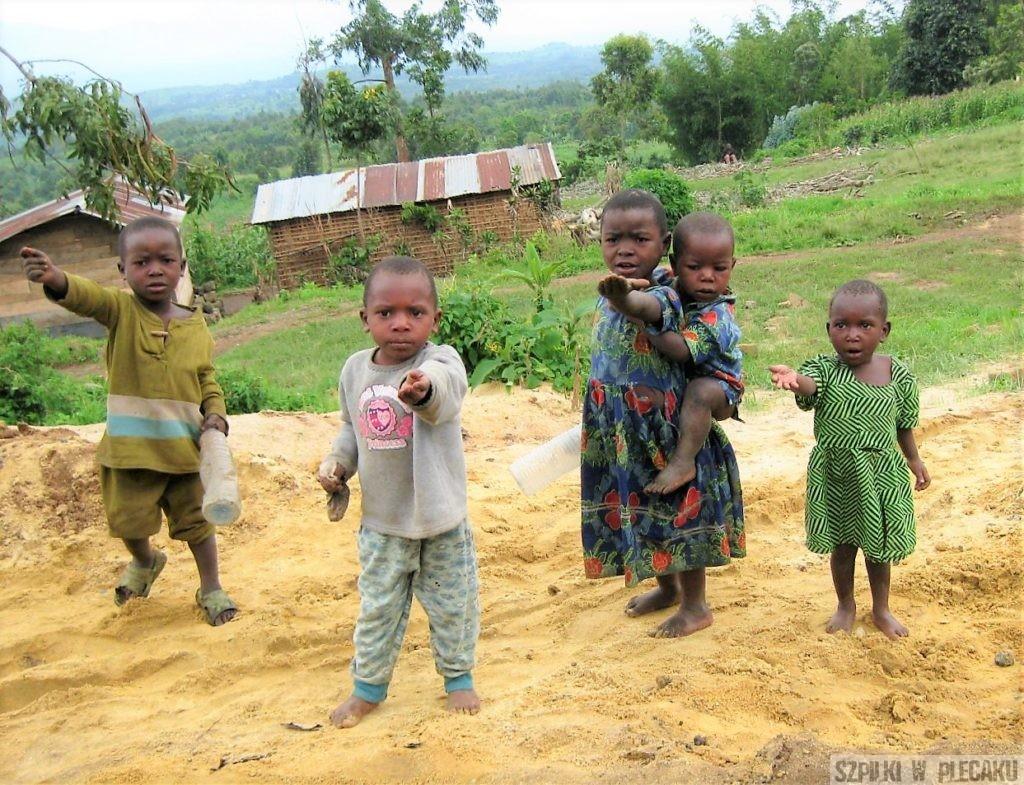 Afryka - Kongo - dzieci przy drodze