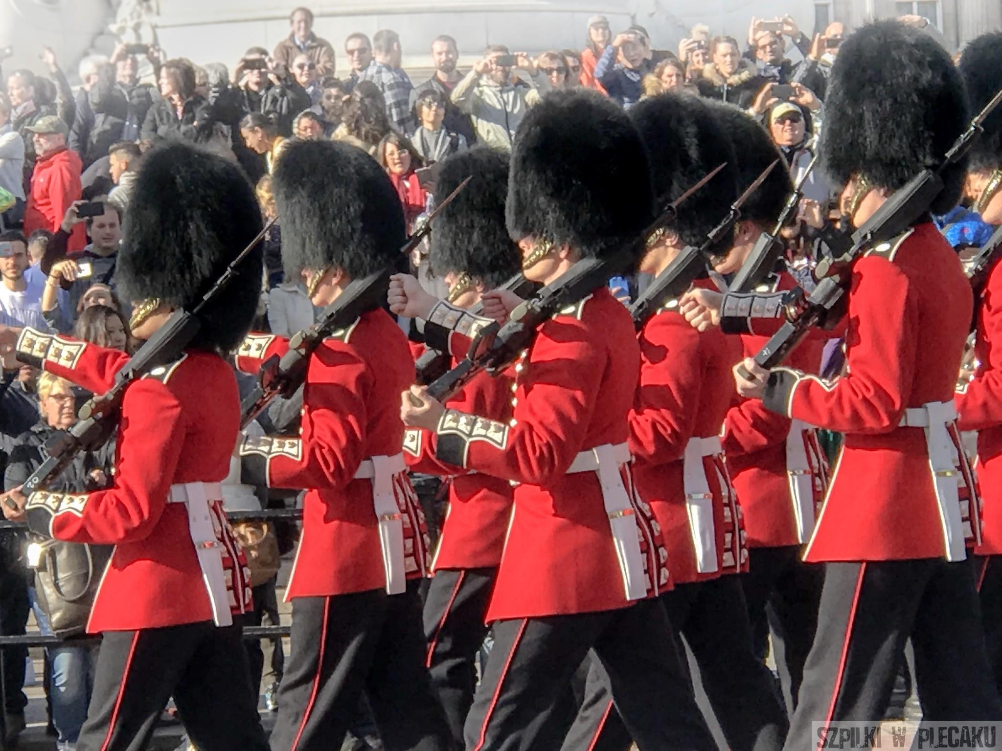 zmiana warty pod pałacem Buckingham