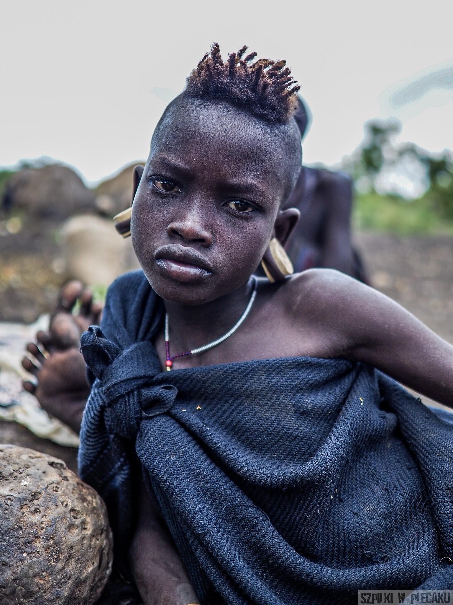 Mursi girl kobieta dziewczynka - plemiona Etiopii - Szpilki w plecaku
