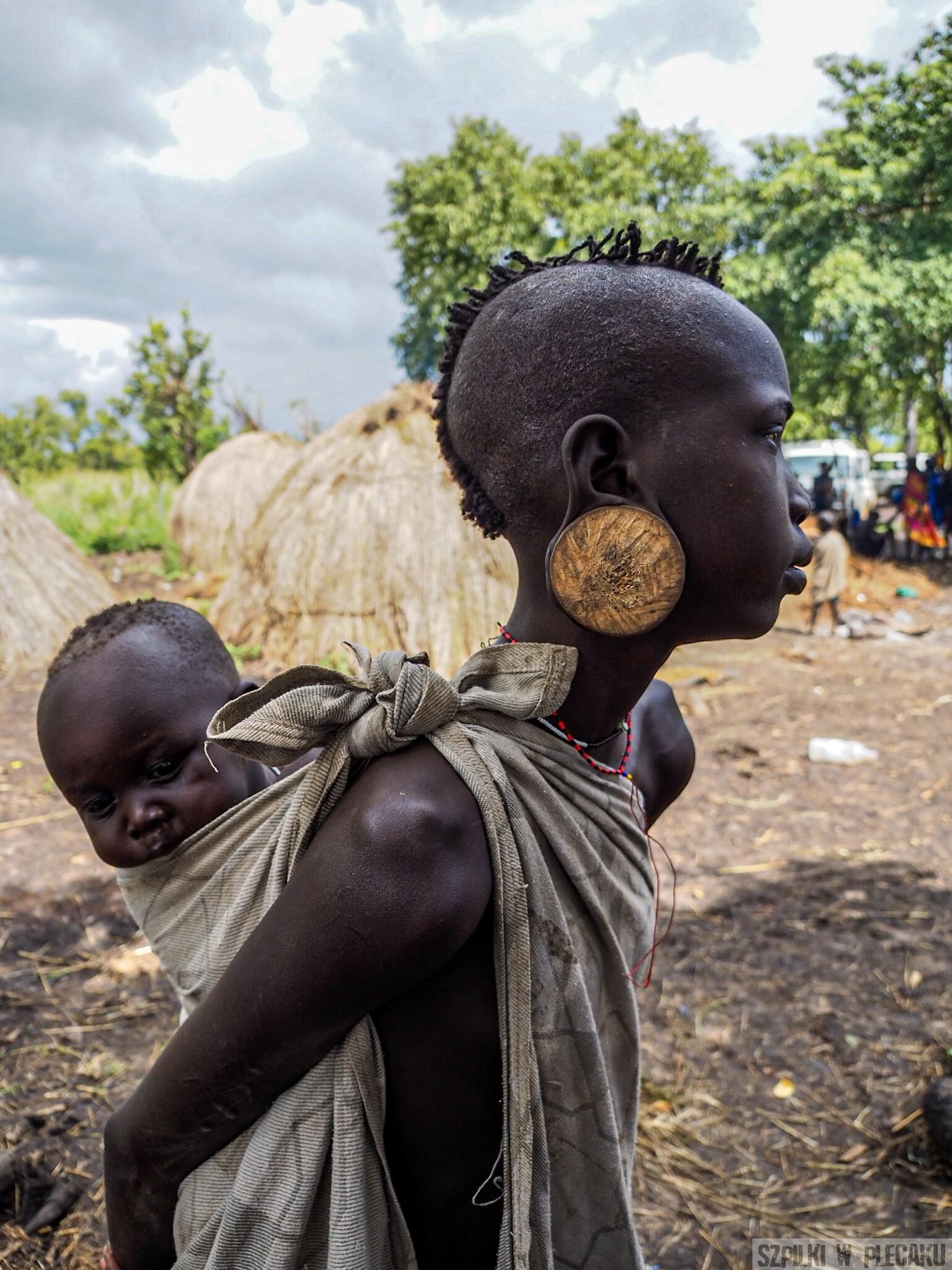Mursi girl kobieta dziewczynka z dzieckiem - plemiona Etiopii - Szpilki w plecaku