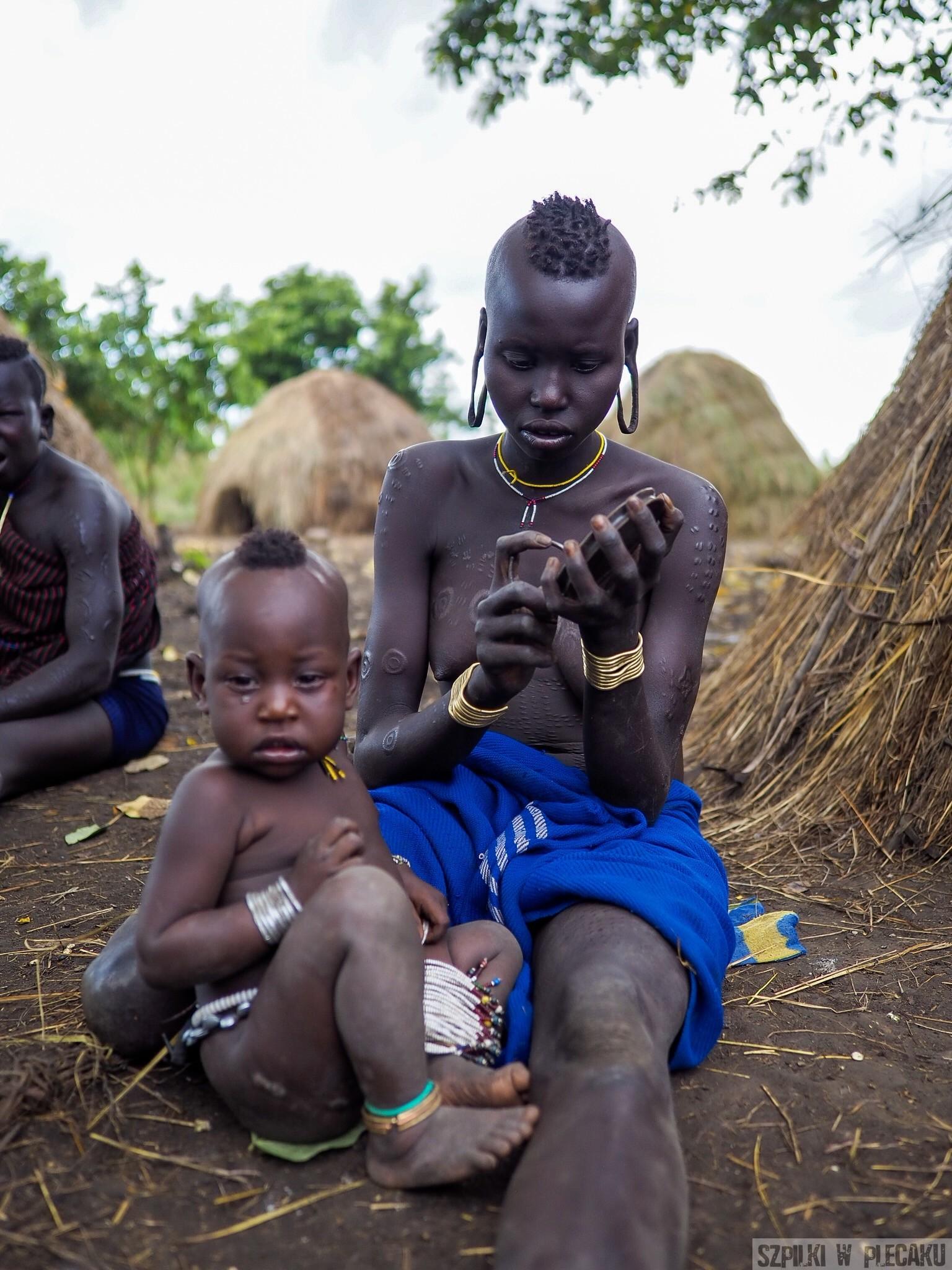 Mursi girl kobieta dziewczynka z dzieckiem skaryfikacja - plemiona Etiopii - Szpilki w plecaku