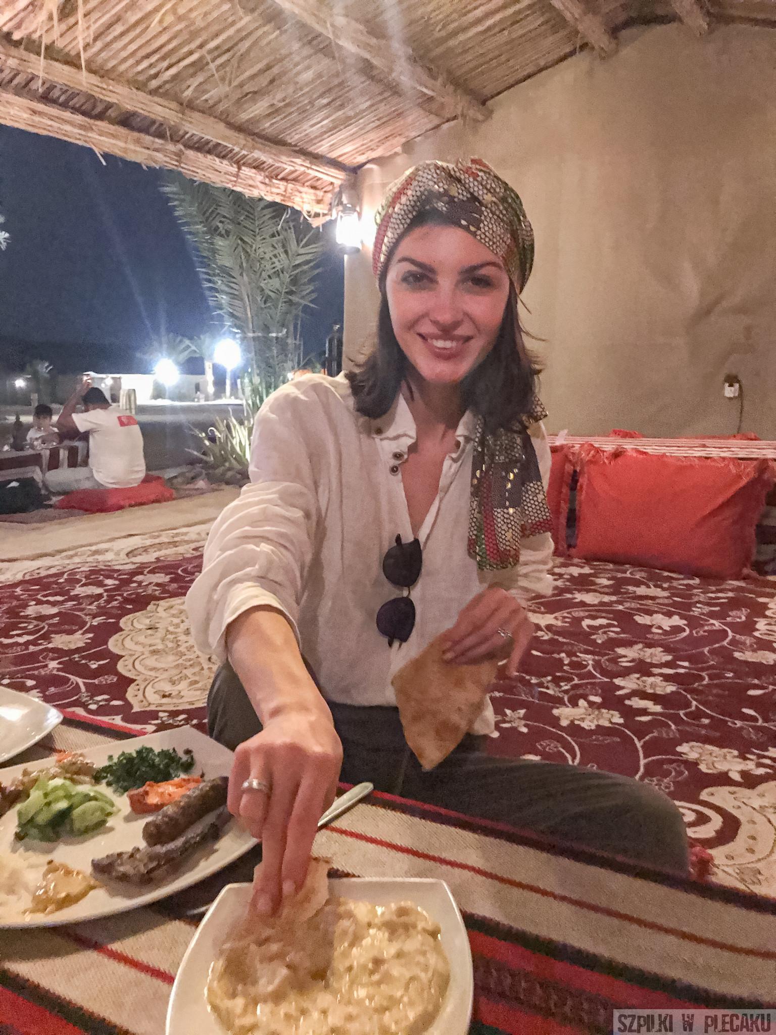 kolacja w obozie na pustyni Dubaj inaczej z przygodą i adrenaliną - Szpilki w plecaku